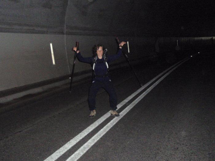 V tunelu.