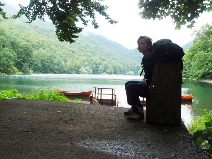 Mojca pred jezerom.
