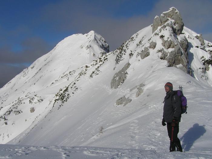 Ledinski vrh v ozadju.