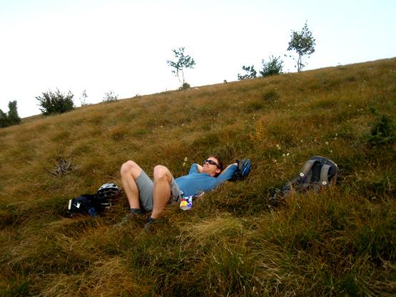 Marko počiva v travi.
