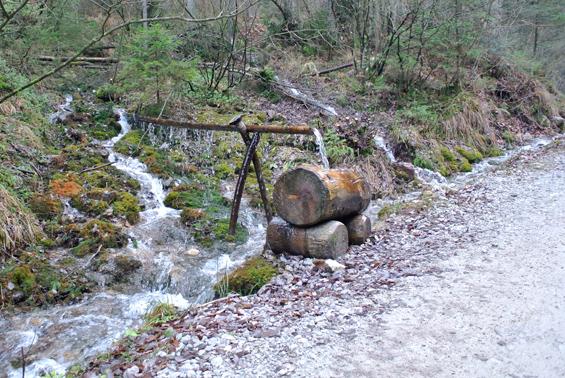 Voda teče iz vseh strani